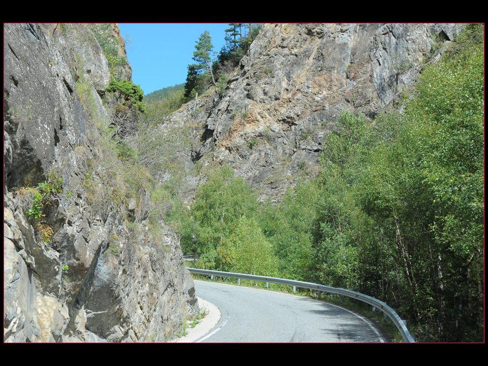 La route est sinueuse et doit être empruntée avec grande prudence