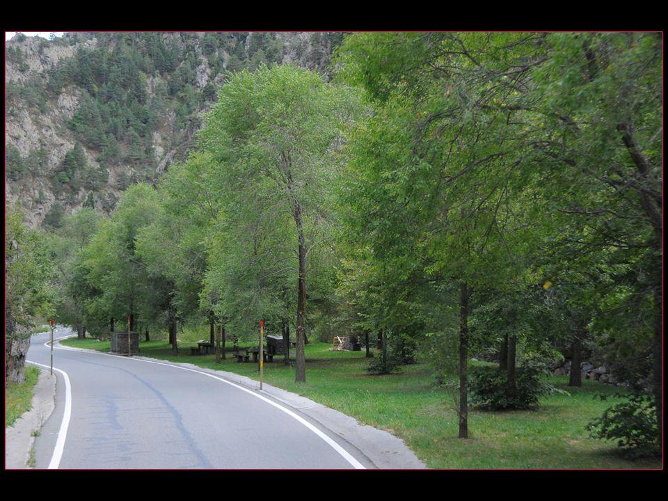 Aire de pic-nic aménagée avec barbecues sur la route entre Saint Julià de Loria (Andorre) et Os de Civis et permettant de se restaurer à lombre