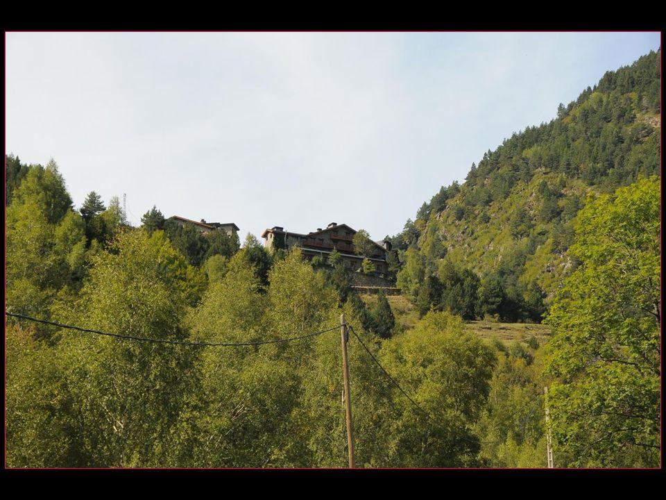 Lhôtel Os de Civis est situé à 1700 mètres daltitude dans le Parc naturel de LAlt Pyrénées, à 2 km du village en-dessus dOs de Civis