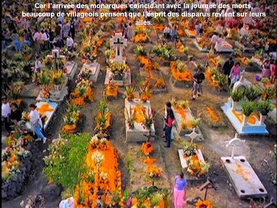 Dans les cimetières, les villageois brûlent de lencens et des bougies pour accueillir les âmes des disparus à leur retour…