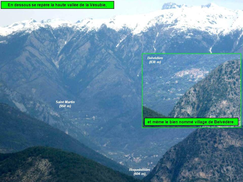 En dessous se repère la haute vallée de la Vésubie, Saint Martin (950 m) Roquebillière (604 m) et même le bien nommé village de Belvédère.