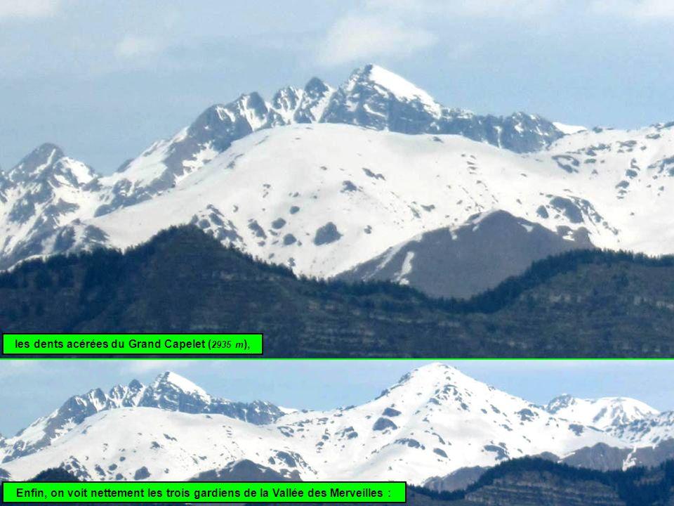 Enfin, on voit nettement les trois gardiens de la Vallée des Merveilles : les dents acérées du Grand Capelet ( 2935 m ),