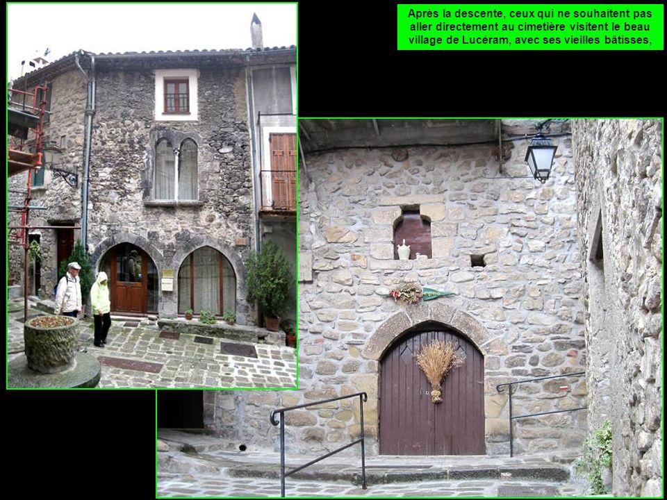Après la descente, ceux qui ne souhaitent pas aller directement au cimetière visitent le beau village de Lucéram, avec ses vieilles bâtisses,