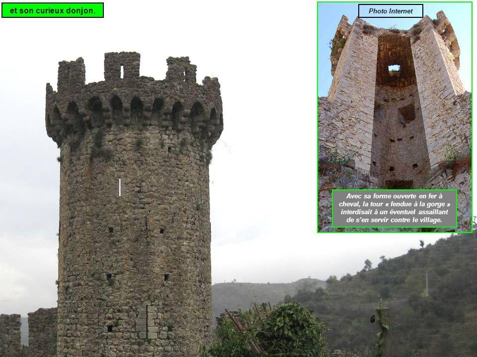 Avec sa forme ouverte en fer à cheval, la tour « fendue à la gorge » interdisait à un éventuel assaillant de sen servir contre le village.