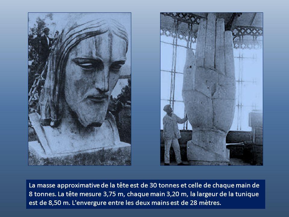 La masse approximative de la tête est de 30 tonnes et celle de chaque main de 8 tonnes.