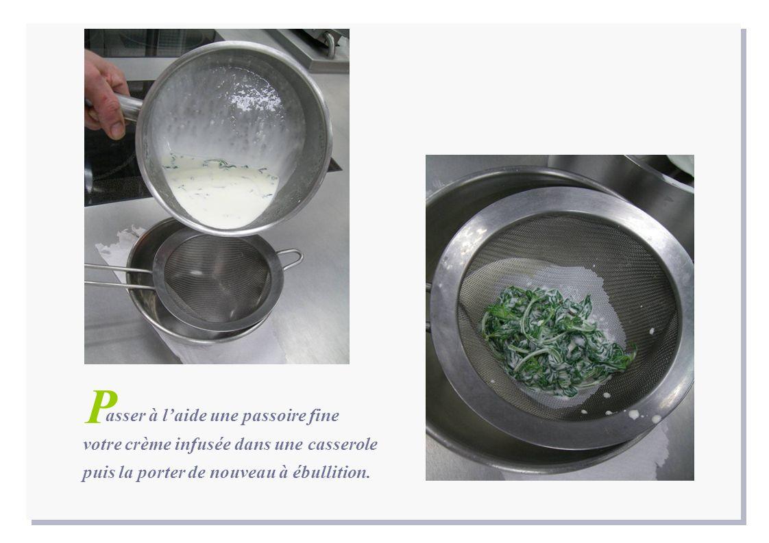 asser à laide une passoire fine votre crème infusée dans une casserole puis la porter de nouveau à ébullition. P