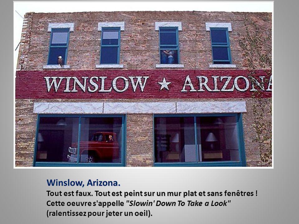 Winslow, Arizona.Tout est faux. Tout est peint sur un mur plat et sans fenêtres .