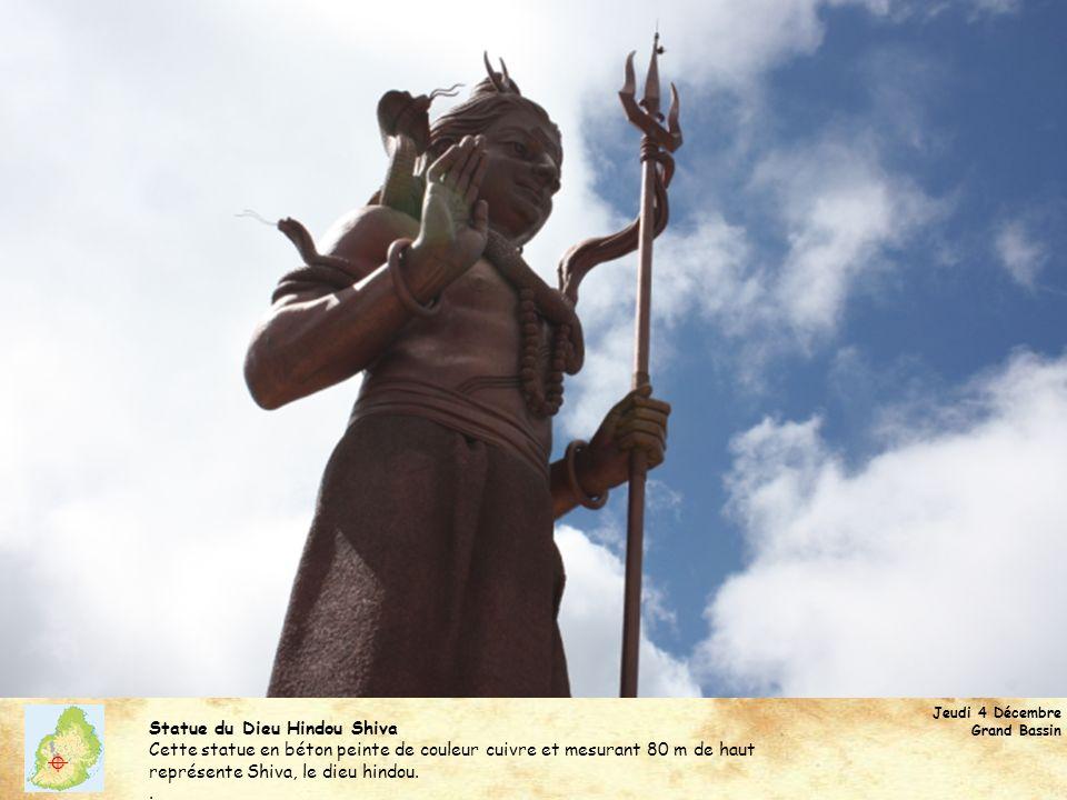Statue du Dieu Hindou Shiva Cette statue en béton peinte de couleur cuivre et mesurant 80 m de haut représente Shiva, le dieu hindou..