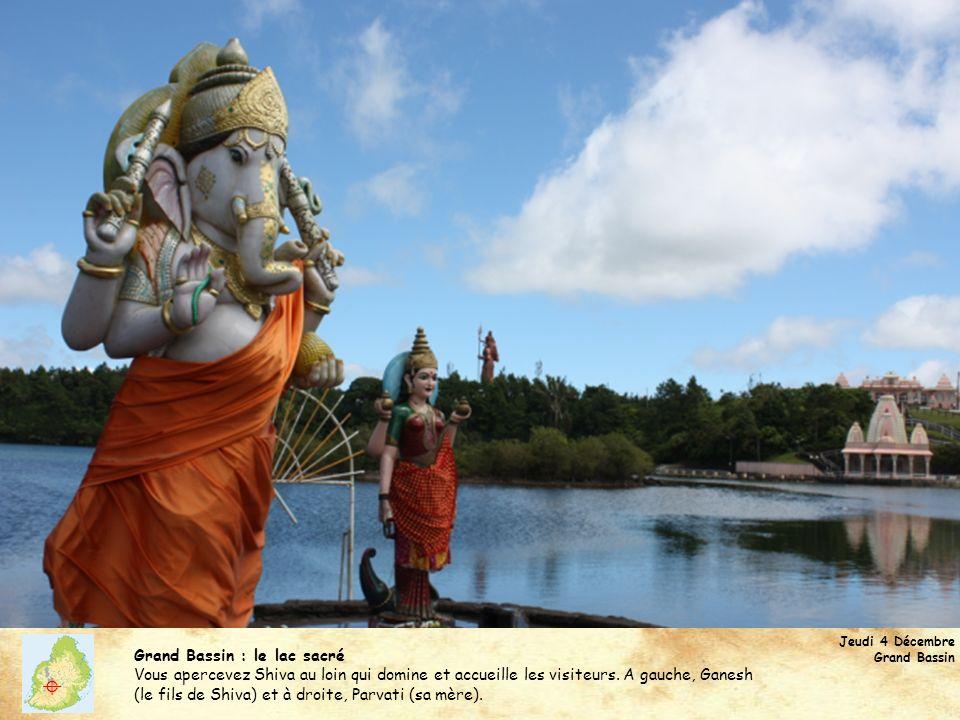 Jeudi 4 Décembre Grand Bassin Grand Bassin : le lac sacré Vous apercevez Shiva au loin qui domine et accueille les visiteurs. A gauche, Ganesh (le fil