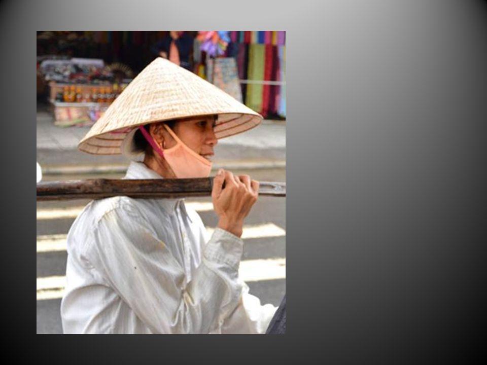 Le chapeau conique, si pratique contre le soleil et la pluie est un des symboles du Vietnam