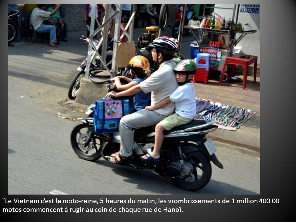 ¨Le Vietnam cest la moto-reine, 5 heures du matin, les vrombrissements de 1 million 400 00 motos commencent à rugir au coin de chaque rue de Hanoï.