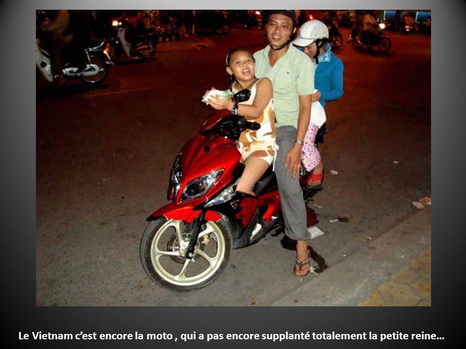 … des slogans communistes et du mausolée style soviet de Ho Chi Minh… ais-je dit Que Saigon porte maintenant son nom