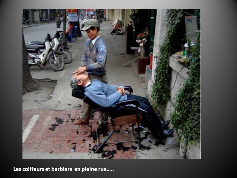 Le Vietnam cest encore la moto, qui a pas encore supplanté totalement la petite reine…