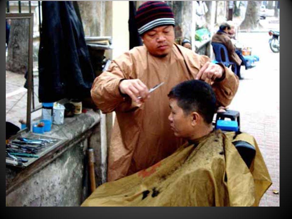 Les coiffeurs et barbiers en pleine rue…..