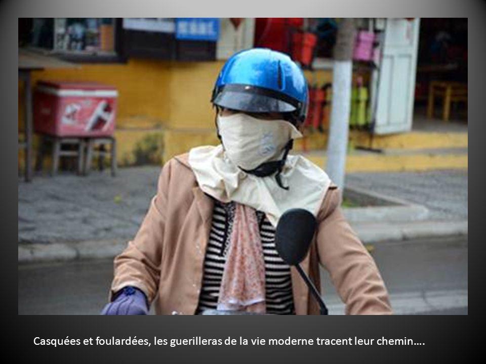 … et toujours la moto, qui rythme la vie du pays. Elle est le sang qui coule dans ses artères….