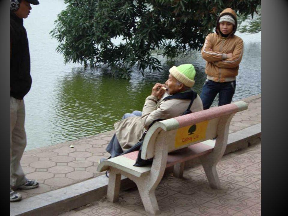 Un vieux professeur de mathématiques vient jouer de la flute devant ce lac immuable depuis sa jeunesse…
