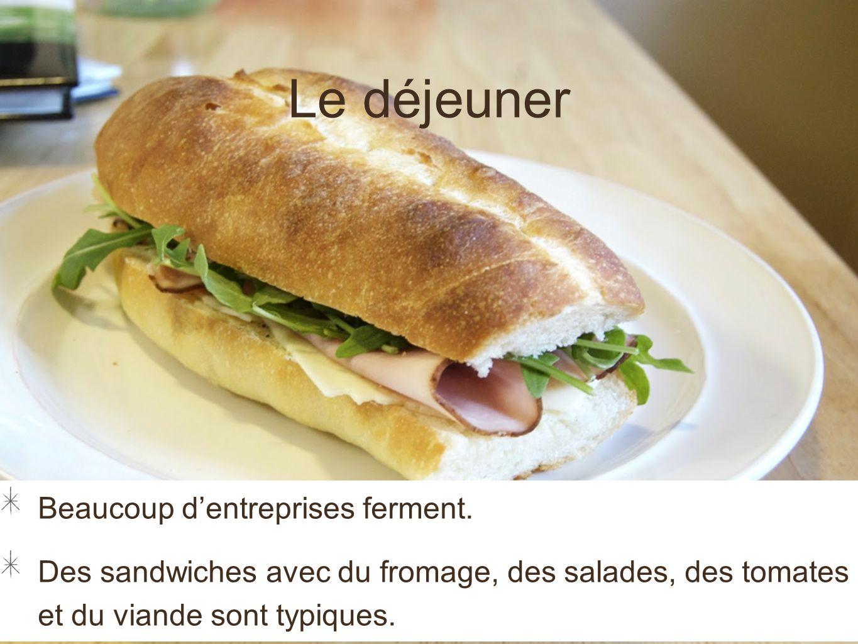Le déjeuner Beaucoup dentreprises ferment. Des sandwiches avec du fromage, des salades, des tomates et du viande sont typiques.