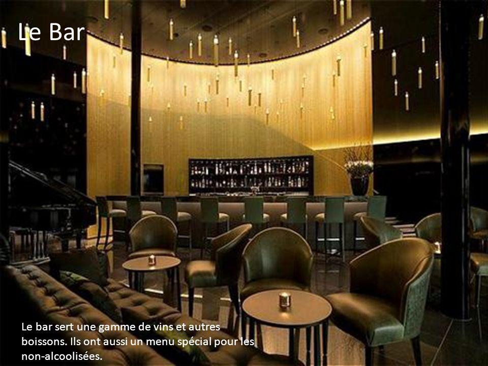 Le bar sert une gamme de vins et autres boissons.