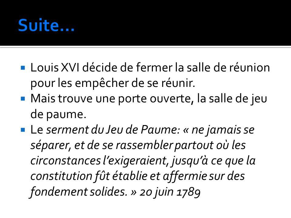 Louis XVI décide de fermer la salle de réunion pour les empêcher de se réunir. Mais trouve une porte ouverte, la salle de jeu de paume. Le serment du