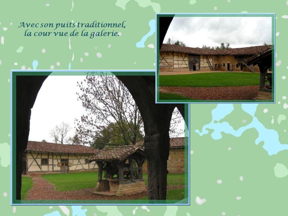Le bâtiment dhabitation, la « maison chauffure », est bordé de cette charmante galerie aux arches de bois.