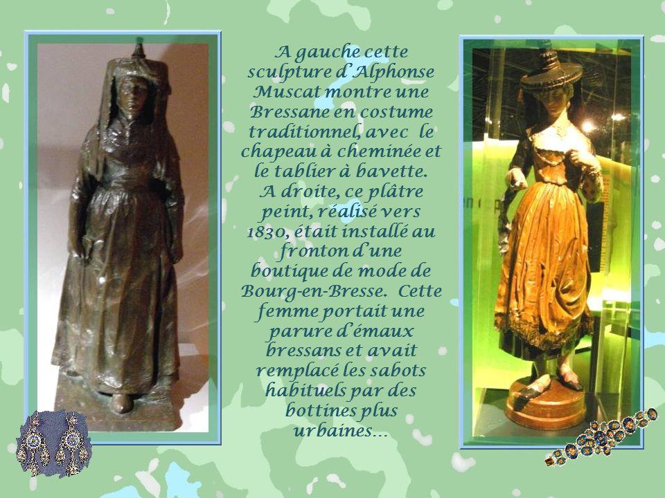 La femme bressane portait une ample robe de lainage, de drap bleu violet ou vert, avec un tablier de soie moirée et un châle. Elle se parait démaux br