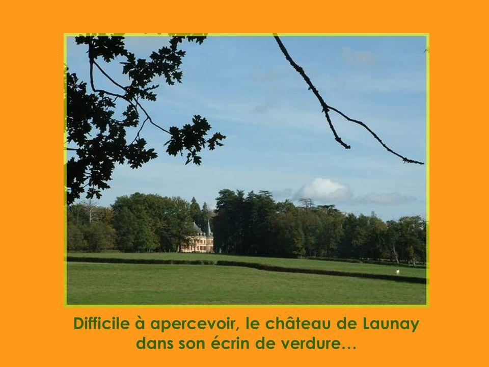 Difficile à apercevoir, le château de Launay dans son écrin de verdure…