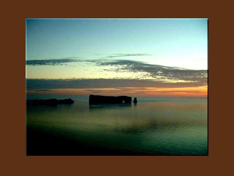 Je ne pourrai jamais oublier limposante silhouette granitique du Rocher Percé, planté en rade comme un navire de garde, dans les eaux côtières, et que Jacques Cartier avait déjà noté dans son livre de bord.