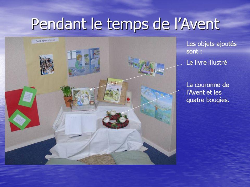 Pendant le temps de lAvent Les objets ajoutés sont : Le livre illustré La couronne de lAvent et les quatre bougies.
