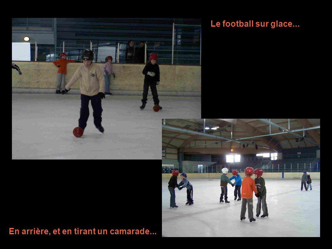 Le football sur glace... En arrière, et en tirant un camarade...