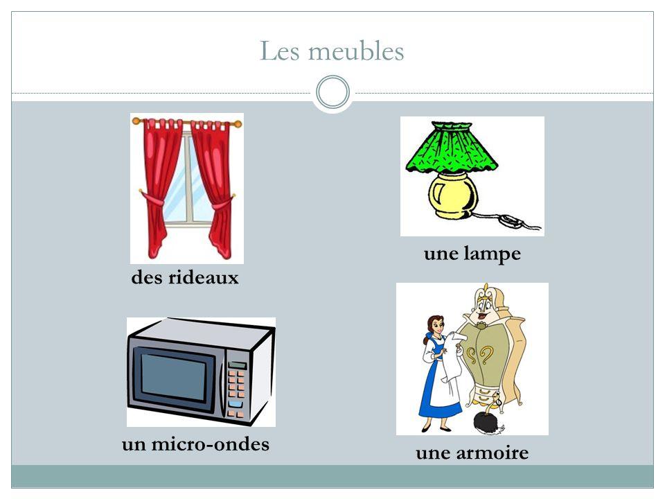 Les meubles une lampe une armoire un micro-ondes des rideaux