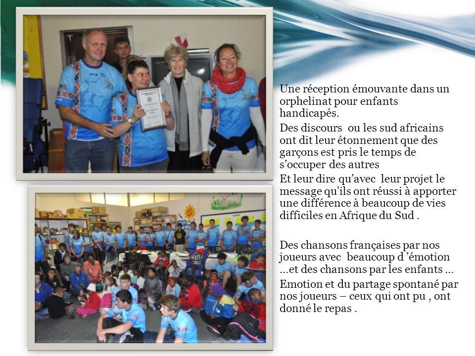 Une réception émouvante dans un orphelinat pour enfants handicapés. Des discours ou les sud africains ont dit leur étonnement que des garçons est pris