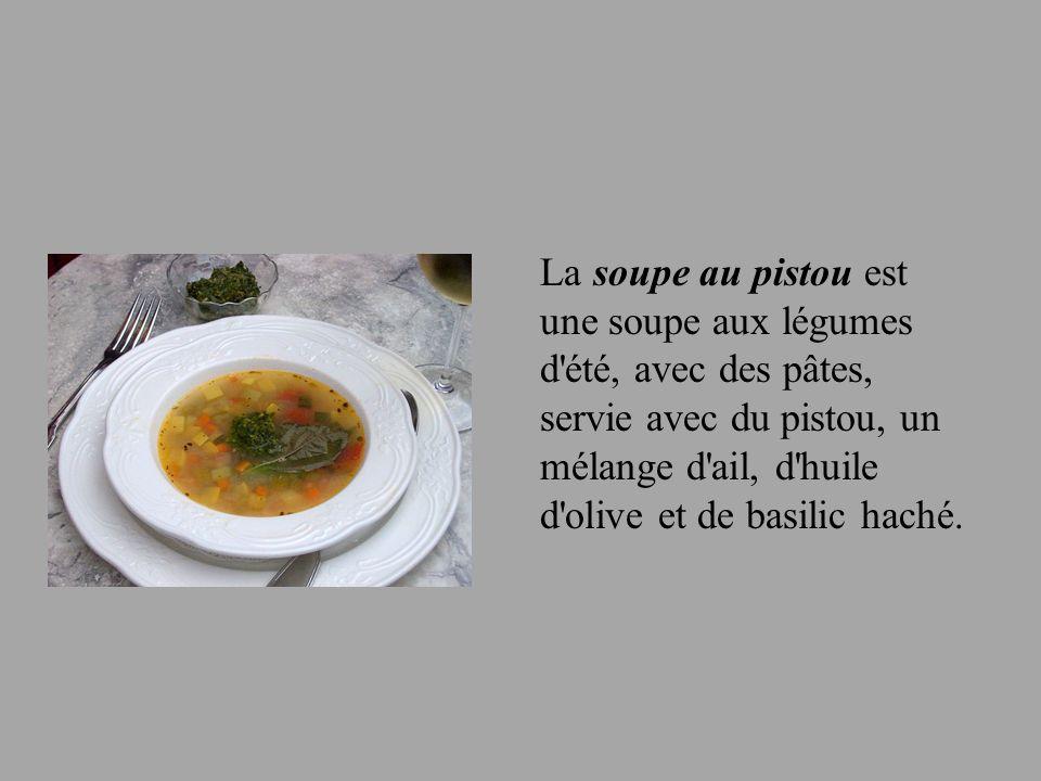 La soupe au pistou est une soupe aux légumes d'été, avec des pâtes, servie avec du pistou, un mélange d'ail, d'huile d'olive et de basilic haché.