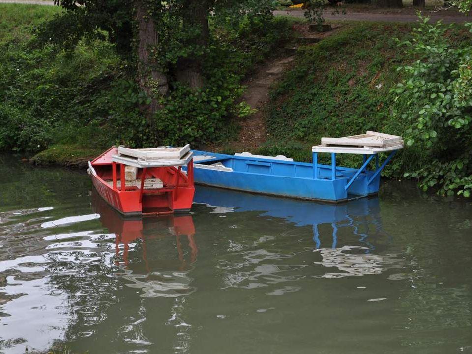 Clamecy offre aussi à toute la région des joutes nautiques très prisées. Je ny ai pas en- core assisté. Mais nous avons entrevu ces bateaux, tout à fa