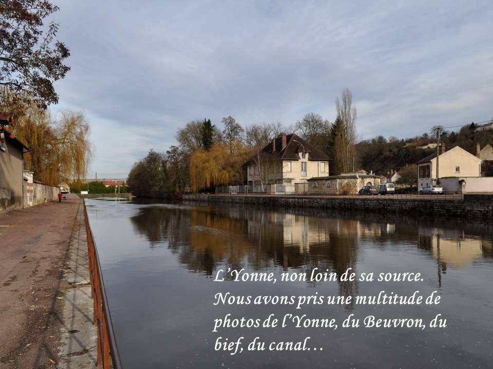 la ville de Clamecy, sous-préfecture de la Nièvre, domine la vallée de lYonne, et est située à son confluent avec le Beu- vron. La ville est au bord d