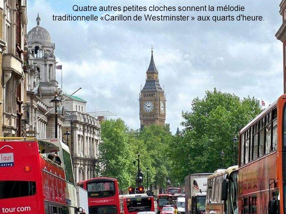 Quatre autres petites cloches sonnent la mélodie traditionnelle «Carillon de Westminster » aux quarts d heure.
