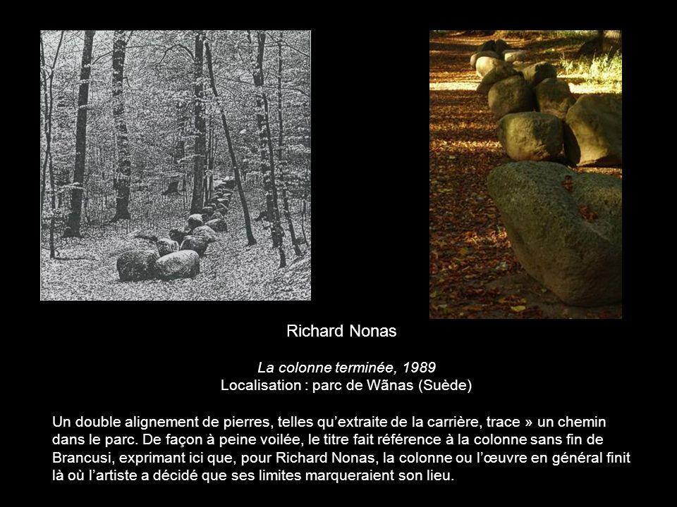 La colonne terminée, 1989 Localisation : parc de Wãnas (Suède) Un double alignement de pierres, telles quextraite de la carrière, trace » un chemin da