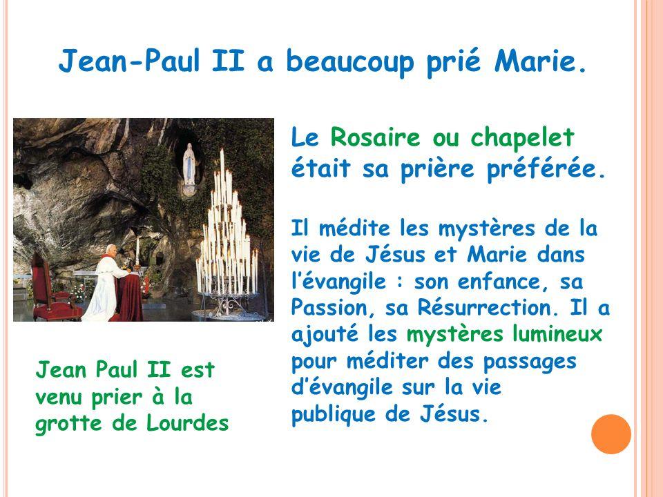 Jean-Paul II a beaucoup prié Marie. Le Rosaire ou chapelet était sa prière préférée. Il médite les mystères de la vie de Jésus et Marie dans lévangile