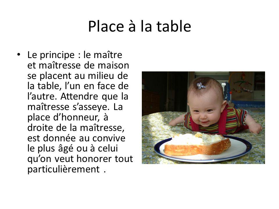 Place à la table Le principe : le maître et maîtresse de maison se placent au milieu de la table, lun en face de lautre.