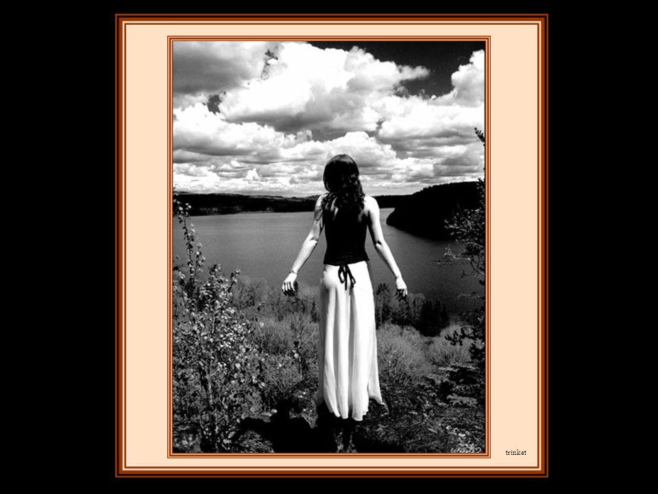 Là, elle s'arrêta et contempla les nuages, qui couraient au-dessus de la ligne d'horizon, tel un troupeau de brebis blanches.