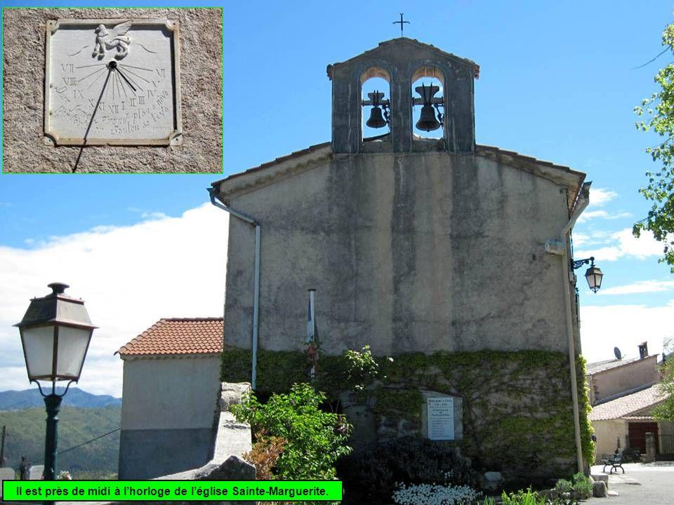 Il est près de midi à lhorloge de léglise Sainte-Marguerite.