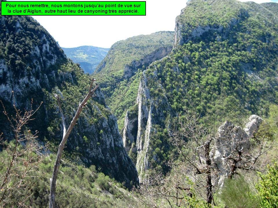 Pour nous remettre, nous montons jusquau point de vue sur la clue dAiglun, autre haut lieu de canyoning très apprécié.