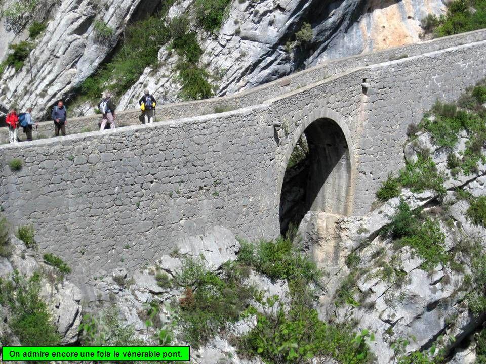 On admire encore une fois le vénérable pont.