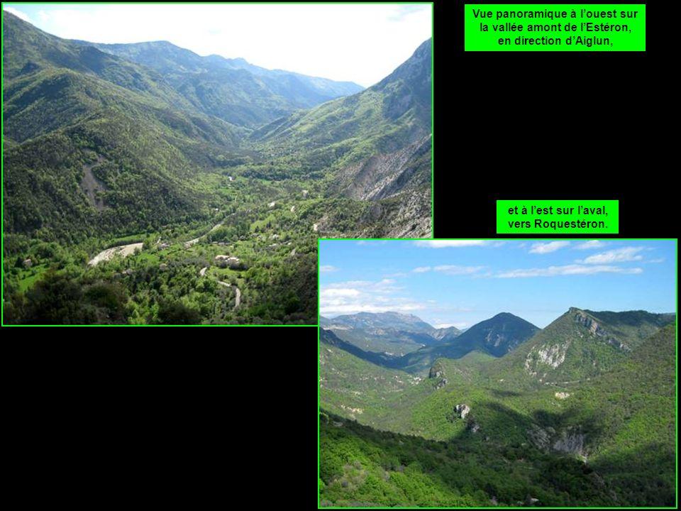 Vue panoramique à louest sur la vallée amont de lEstéron, en direction dAiglun, et à lest sur laval, vers Roquestéron.