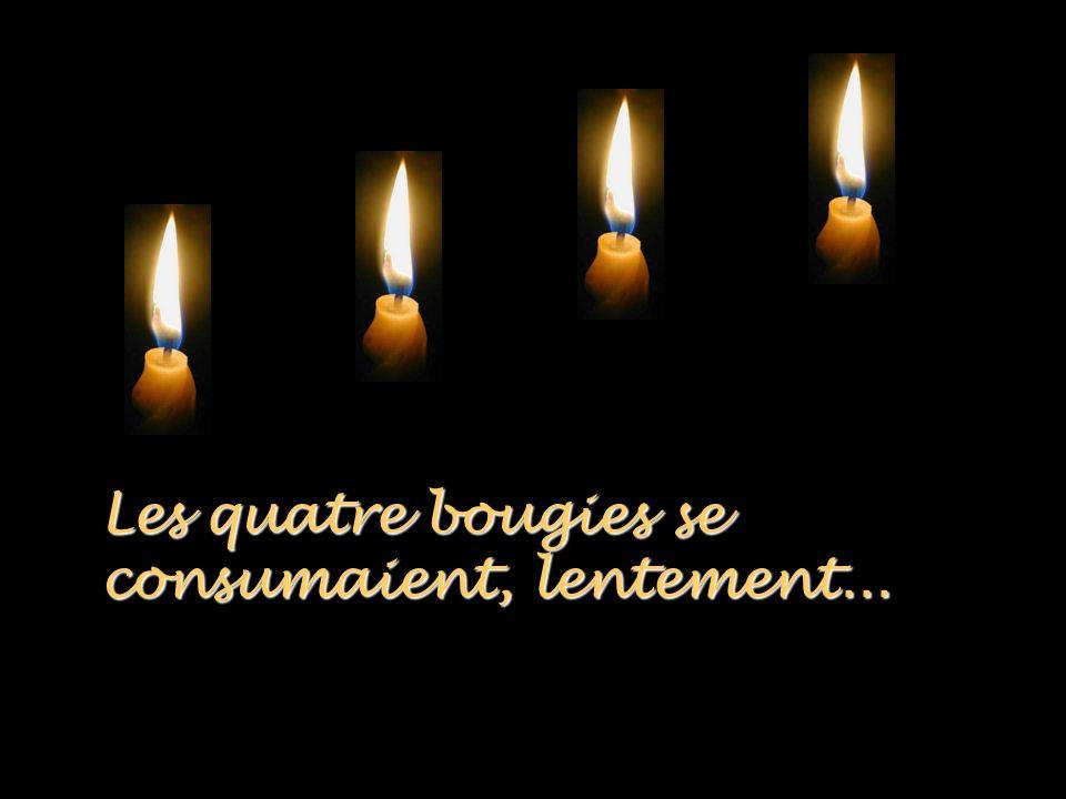 Les quatre bougies se consumaient, lentement...