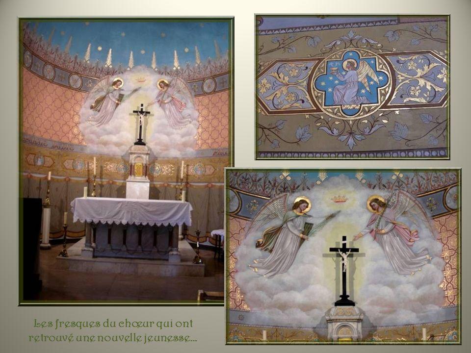 De chaque côté de larche délimitant le chœur, des écussons représentant la papauté, des archevêques et un archiprêtre. (deux glands seulement)