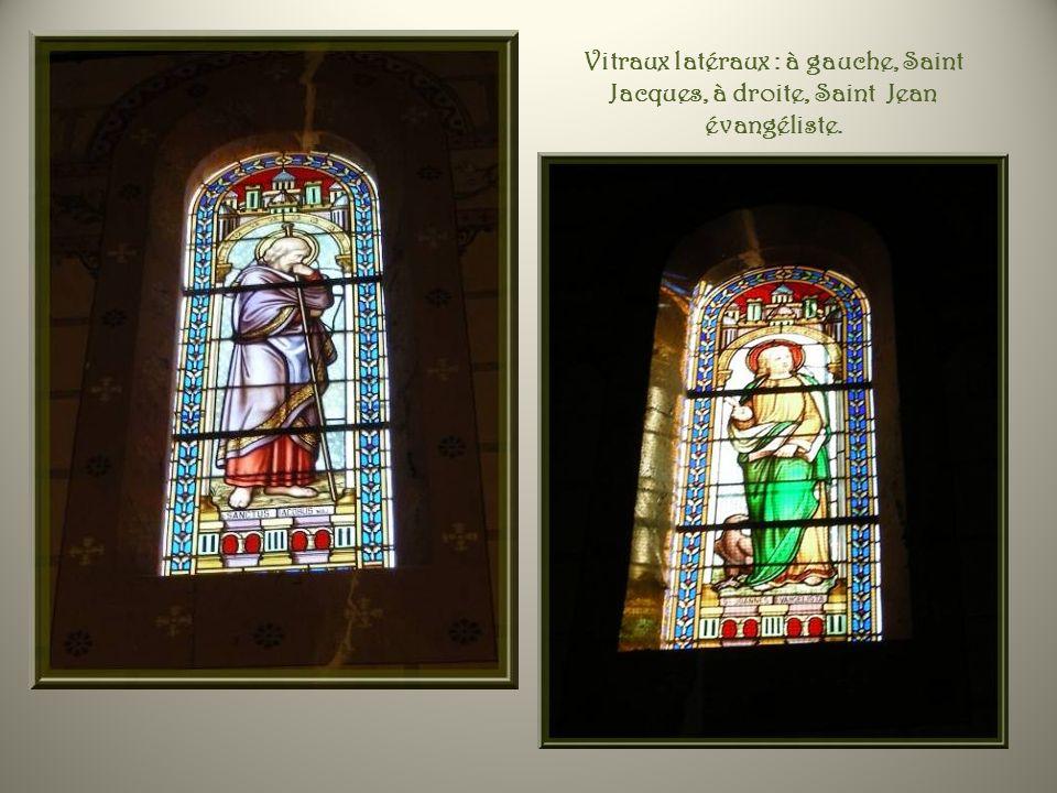 Sous la toiture à double pente on retrouve une charpente apparente décorée. Au-dessus de larche du chœur, un ange présente la croix.. Sur larche, sont