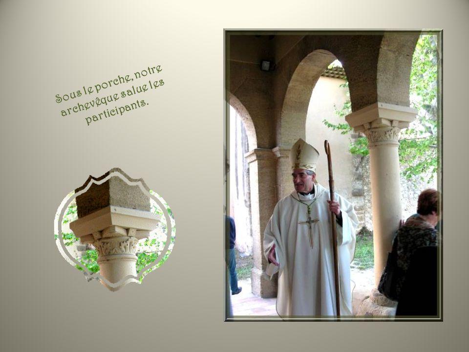 Ayant retrouvé les attributs de sa fonction, Monseigneur Dufour donne sa bénédiction.