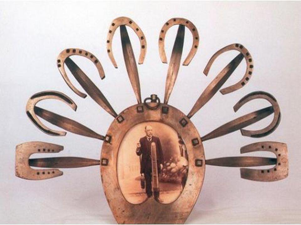 Ce tablier contient des fers doubles, roulettes, passe -fils et autres tenailles indispensables au métier du cordonnier.