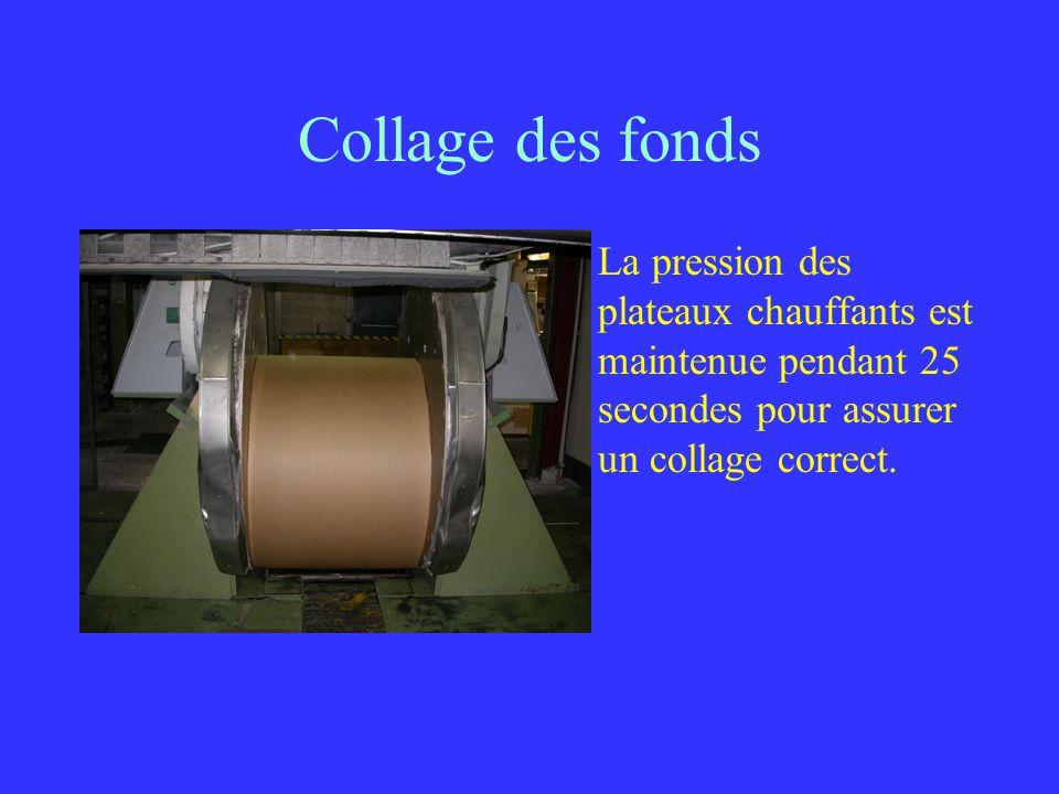 Collage des fonds La pression des plateaux chauffants est maintenue pendant 25 secondes pour assurer un collage correct.