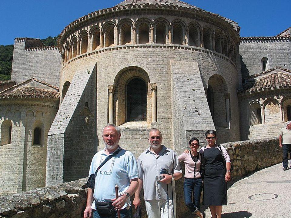 Saint GUILHEM-le-DESERT Joyau de l art Roman, ce sanctuaire fondé au début du IX° siècle, est l un des plus importants foyers spirituel et culturel du Languedoc, bénéficiant à travers les siècles du rayonnement de son Saint fondateur et de la présence en ses murs des trésors qu il y abrita.